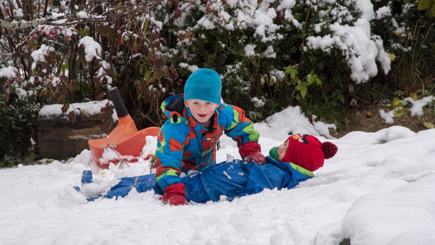 Den Kindern gefällt der erste Schnee, sie toben wie hier in Oberschlierbach ausgelassen herum. (Bild: Foto Jack Haijes)
