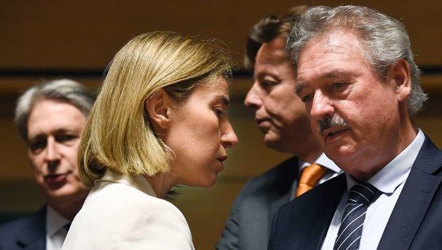 Luxemburgs Außenminister Asselborn mit EU-Chefdiplomatin Federica Mogherini (Bild: APA/AFP/JOHN THYS)
