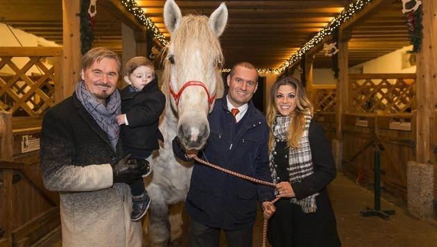 Weihnachtsmarkt auf Aiderbichl: Nik P. mit Sohn Janik Noel und Ehefrau Gaby bei Dieter Ehrengruber (Bild: Neumayr/Leo)