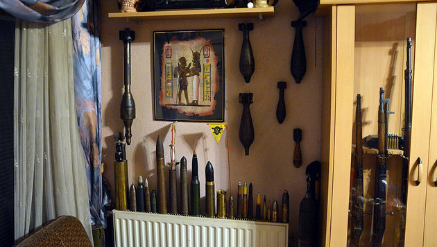 48-Jähriger hortete zu Hause Arsenal an Waffen (Bild: LPD NÖ)