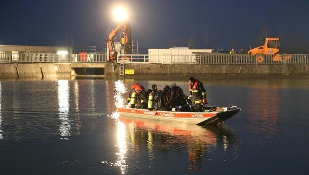 Einsatzkräfte bei der Suche nach dem verunglückten Lenker auf der Enns (Bild: APA/FOTOKERSCHI.AT/WERNER KERSCHBAUMMAYR)