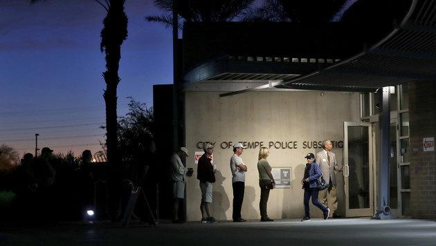 Eine lange Warteschlange schon vor Tagesanbruch im Bundesstaat Arizona (Bild: ASSOCIATED PRESS)