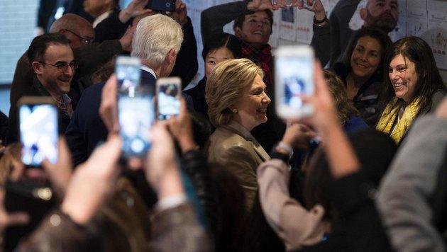 Hillary Clinton auf dem Weg zur Wahlkabine (Bild: APA/AFP/Brendan Smialowski)