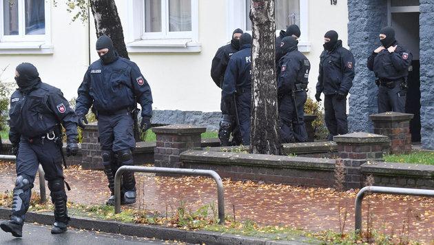 In Niedersachsen und Nordrhein-Westfalen wurden am Dienstagmorgen fünf IS-Verdächtige verhaftet. (Bild: APA/dpa/Julian Stratenschulte)