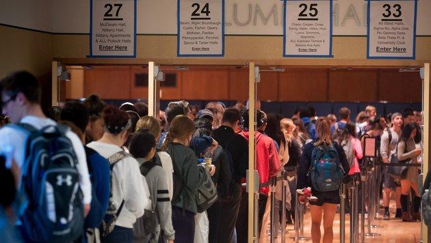 Lange Schlangen vor und in vielen Wahllokalen, wie hier am Penn State College in Pennsylvania (Bild: APA/AFP/GETTY IMAGES/JEFF SWENSEN)