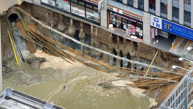 Straße eingestürzt: Gigantischer Krater in Japan (Bild: AP)