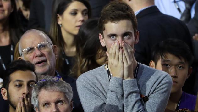 Lange Gesichter bei Anhängern von Hillary Clinton, als klar wird, dass sie nicht gewinnen wird (Bild: Associated Press)