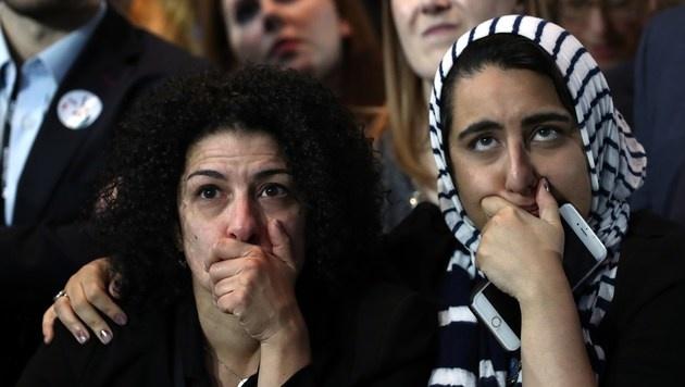 Lange Gesichter: Clinton kneift vor eigenen Fans (Bild: APA/AFP/GETTY IMAGES/WIN MCNAMEE)