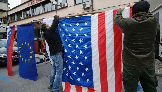 Nach Trumps Wahlsieg wurden in Sevnica US-Flaggen gehisst. (Bild: APA/AFP/JURE MAKOVEC)