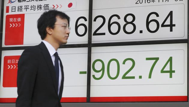 In Japan brachen die Kurse gleich nach Öffnung der Börse ein. (Bild: AP)