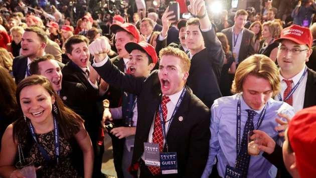 Anhänger von Donald Trump im Siegestaumel (Bild: APA/AFP/GETTY IMAGES/CHIP SOMODEVILLA)
