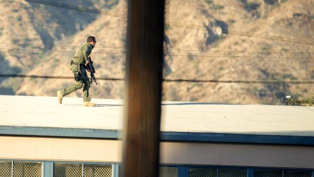 Ein Scharfschütze des SWAT-Teams in der Nähe des Wahllokals (Bild: ASSOCIATED PRESS)