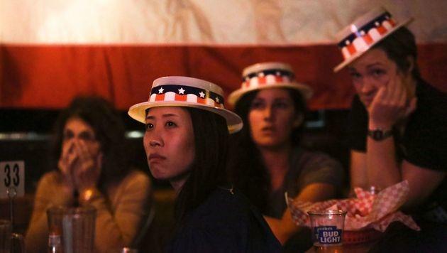 Anhänger von Hillary Clinton am Wahlabend: Gewinner sehen anders aus. (Bild: APA/AFP/JASON REDMOND)