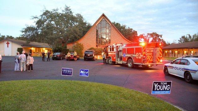 Evakuierungsaktion in Florida, nachdem eine verdächtige Tasche in einem Wahllokal gefunden wurde (Bild: EPA)