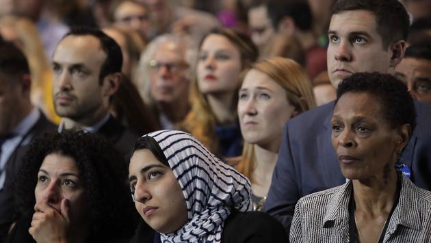 Clinton-Anhänger können es nicht glauben. (Bild: AP)