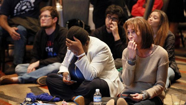 Lange Gesichter: Clinton kneift vor eigenen Fans (Bild: AP)