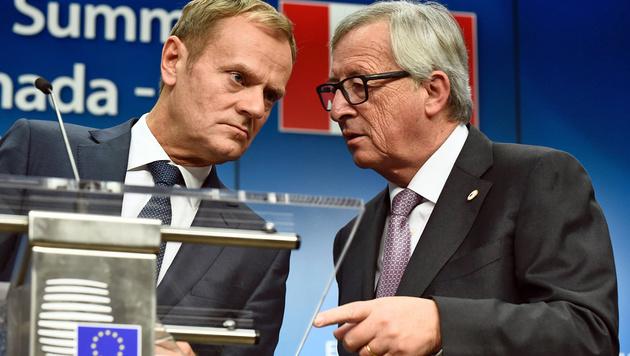 """Tusk (li.) und Juncker an Trump: """"Kommen Sie, sobald es Ihnen möglich ist!"""" (Bild: APA/AFP/John Thys)"""