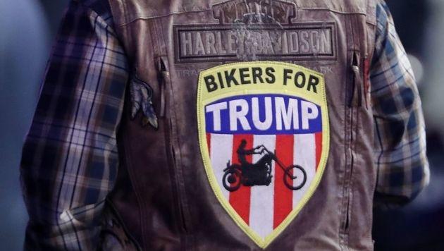 Ein Biker lässt am Wahlabend keinen Zweifel an seiner Unterstützung für Donald Trump. (Bild: APA/AFP/GETTY IMAGES/SPENCER PLATT)