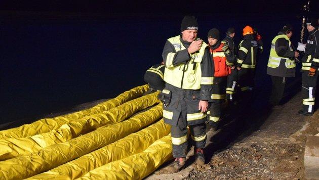 Mit einem Boot mit Suchanker fanden Feuerwehrleute den Kipper, errichteten auch Ölsperren. (Bild: BFK Amstetten)