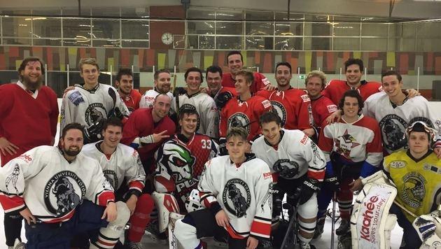 Finden Sie den Bieber? Justin Bieber (Mitte im roten Trikot) auf dem Eis. (Bild: Krone-Leserreporter)