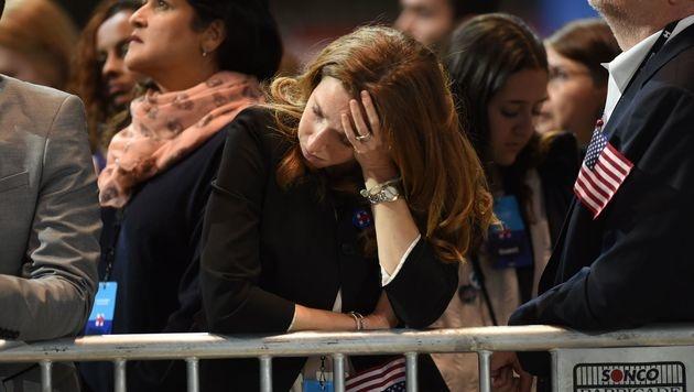 Lange Gesichter: Clinton kneift vor eigenen Fans (Bild: APA/AFP/GETTY IMAGES/Drew Angerer)