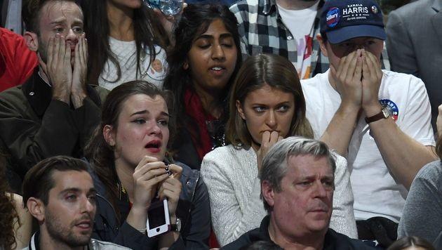 Lange Gesichter: Clinton kneift vor eigenen Fans (Bild: APA/AFP/JEWEL SAMAD)