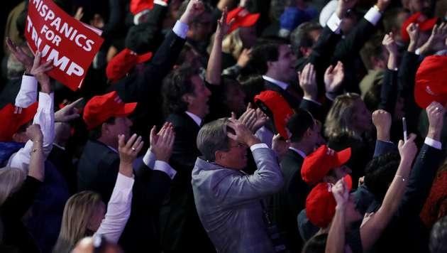 Anhänger von Donald Trump im Siegestaumel (Bild: APA/AFP/GETTY IMAGES/JOE RAEDLE)