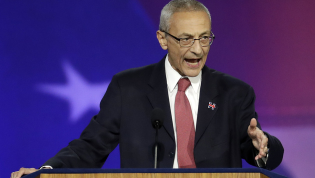 Clintons Wahlkampfmanager John Podesta sprach zu den wartenden Anhängern. (Bild: Copyright 2016 The Associated Press. All rights reserved.)