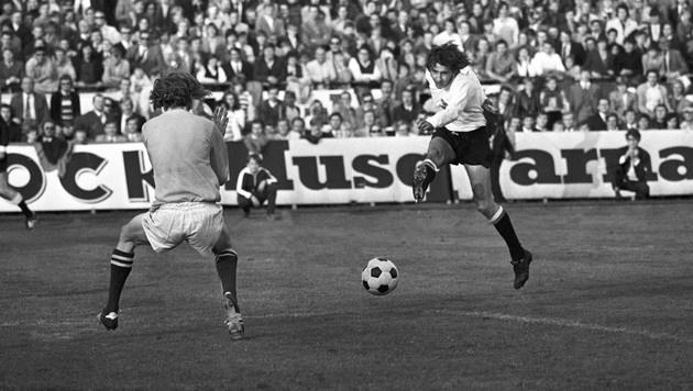 1971: Die Sternstunde von Thomas Parits! Beim 6:0 trifft der Frankfurt-Legionär gleich dreimal. (Bild: Franz Votava)
