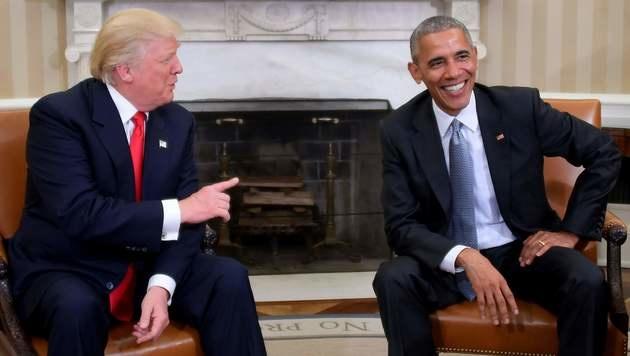 Trump-Besuch bei Obama: Handshake im Oval Office! (Bild: APA/AFP/JIM WATSON)