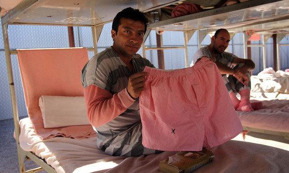 """Häftlinge in der """"Tent City"""" zeigen ihre rosa Unterwäsche. (Bild: Bail Bonds Company)"""