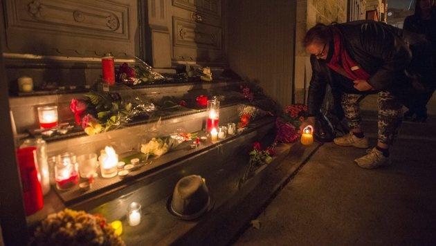 Fans trauern vor dem Haus von Leonard Cohen in Montreal. (Bild: AP)