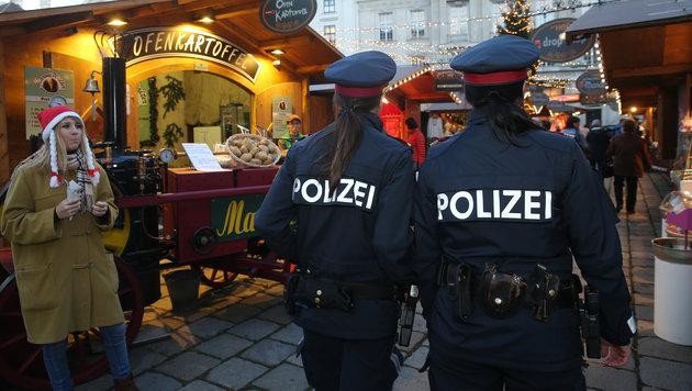 """""""Pansch-Punsch: Dauerkontrollen bei den Standlern (Bild: Peter Tomschi, Kronen Zeitung)"""""""