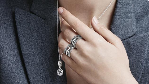 Zarte Ketten und coole Ringe peppen jedes Outfit auf. (Bild: Pandora)