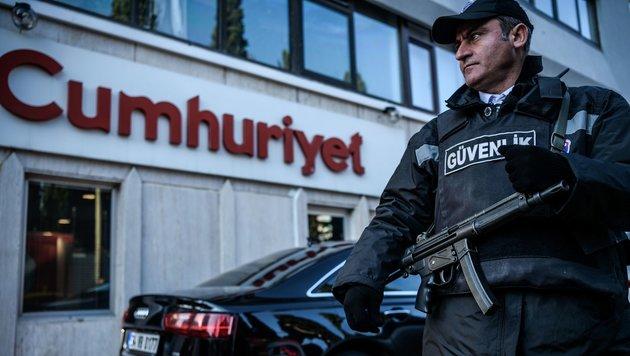 """Ein Sicherheitsmann vor der Istanbuler Redaktion der regierungskritischen Zeitung """"Cumhuriyet"""" (Bild: APA/AFP/OZAN KOSE)"""