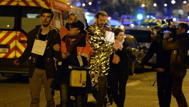 Entsetzen in den Augen von geretteten Besuchern des Bataclan (Bild: AP)