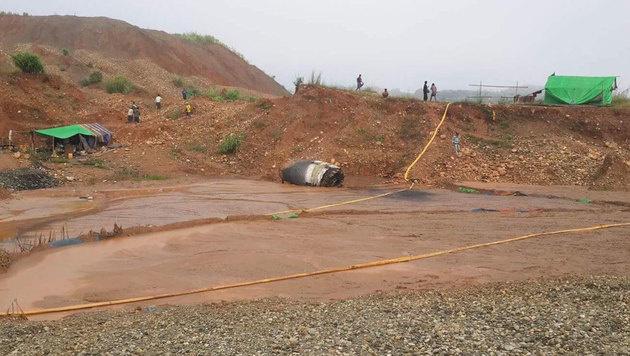 Der Metallteil ist nach seinem Aufprall etwa 50 Meter über das Minengelände gerollt. (Bild: twitter.com/FreeKachin)