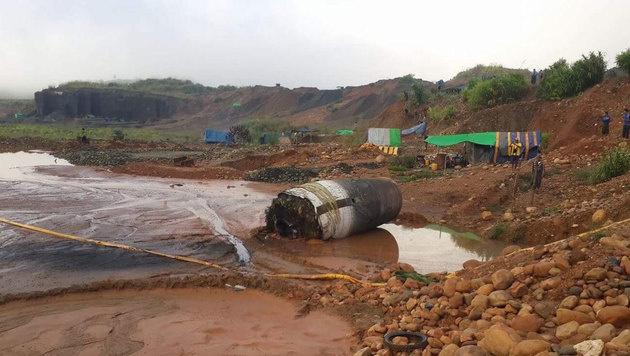 Aus heiterem Himmel ist im Norden Myanmars ein riesiger Metallteil auf die Erde gestürzt. (Bild: twitter.com/FreeKachin)