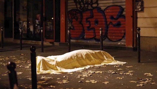 Bilder des Grauens vor dem Bataclan (Bild: AP)