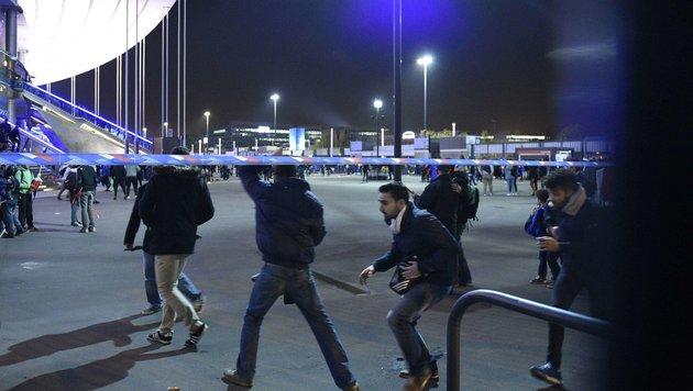 Beim Verlassen des Stadions kommt es zu tumultartigen Szenen unter den geschockten Besuchern. (Bild: AFP)