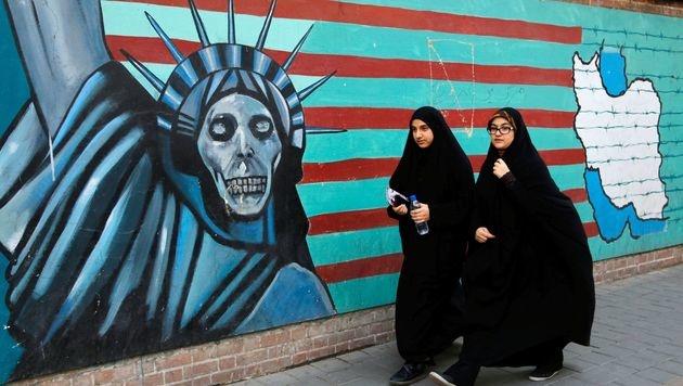 Die Außenwand der ehemaligen US-Botschaft in Teheran (2016) (Bild: APA/AFP/ATTA KENARE)