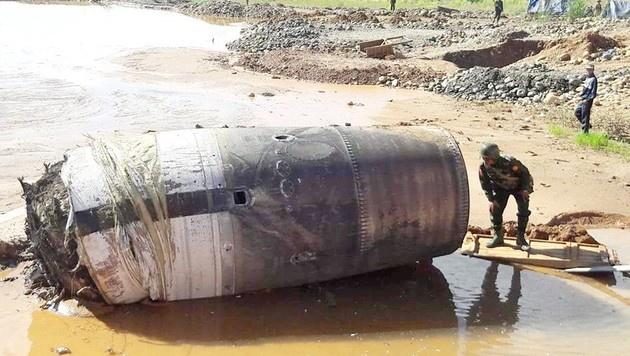 Das Militär wurde herbeigerufen, um den vom Himmel gefallenen Metallzylinder zu inspizieren. (Bild: Ko Muang Myo)