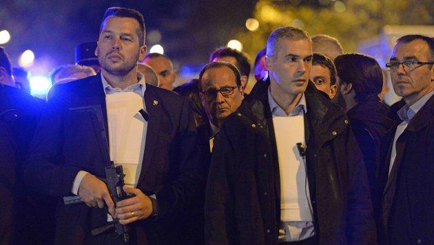 Bereits in der Nacht der Anschläge besucht Hollande mit schwer bewaffneten Bodyguards den Tatort. (Bild: APA/AFP/MIGUEL MEDINA)