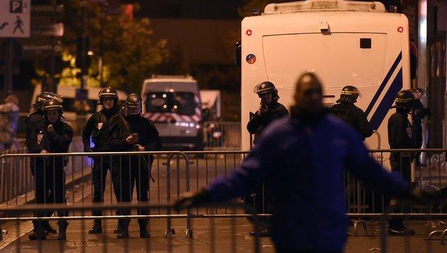 Die Angriffe auf das Stade de France enden bereits an den Absperrungen der Polizei. (Bild: AFP)