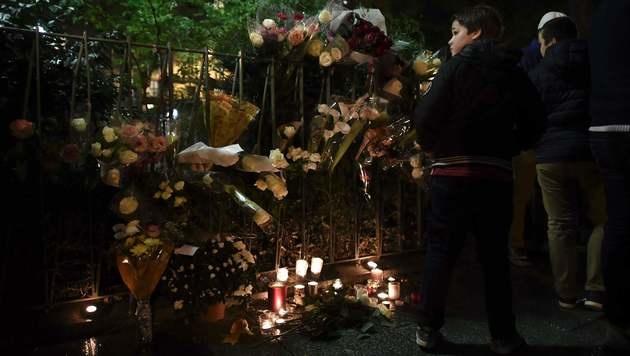 Kerzen und Blumen vor dem Bataclan (Bild: AFP)