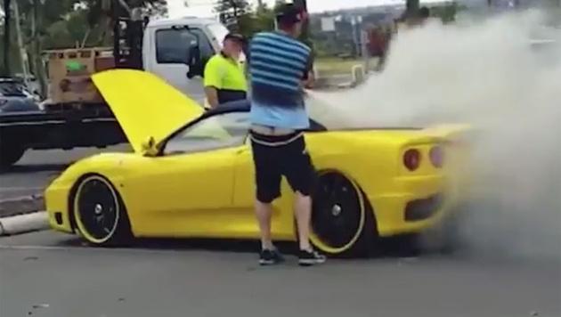 Ferrari fing Feuer, Helfer stahl Geld und Laptop (Bild: Screenshot/YouTube.com)