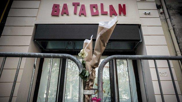 Bereits Anfang November wurden im Zeichen der Trauer Blumen vor dem Club hinterlassen. (Bild: APA/AFP/PHILIPPE LOPEZ)