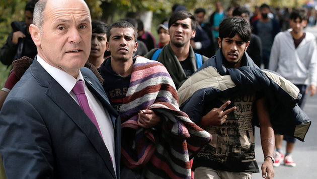 Alarm im Krisenstab: Erneuter Flüchtlingsmarsch! (Bild: APA/ROLAND SCHLAGER, AP/Darko Vojinovic)