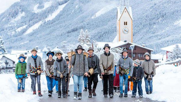 Von der Krimmler Kirche machten sich die Alperer auf den Weg zu den Häusern. (Bild: EXPA Pictures)