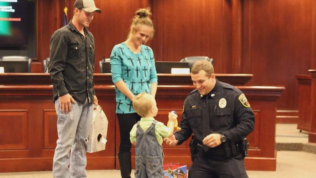 US-Polizist rettet bewusstlosem Bub (3) das Leben (Bild: YouTube.com)